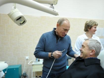 Если у Савченко (в кресле) и был когда-то зуб на Кремль, то теперь уже нет. Фото с открытия новой больницы на Белгородчине (2011 год) // РИА «Новости»