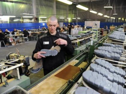 Изготовлением ботинок «Легион», в которых заставляют ходить врачей скорой помощи, занимается мужская ИК №6 в Липецке // РИА «Новости»