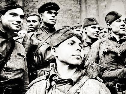 Григорий Булатов (на переднем плане) в 1945-м // Russian Look