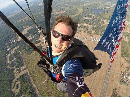 Парашютист Люк Айкинс собирается прыгнуть из самолета без страховки // Facebook Люка Айкинса