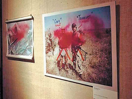 Вслед за историей со снимками Джока Стёрджеса облили краской работы Александра Васюковича в Сахаровском центре // Стоп-кадр YouTube