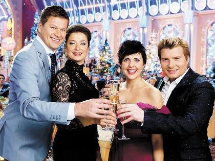 За много лет все то же шампанское в бокалах никак не выдохнется // телеканал «Россия»