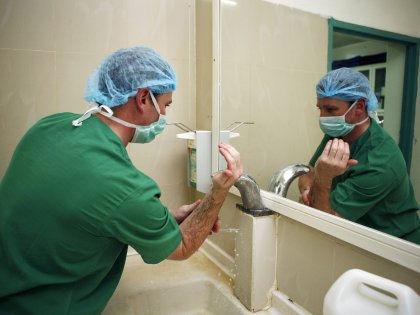 Работники больниц подвергают риску здоровье пациентов из-за зараженной спецодежды // Global Look Press