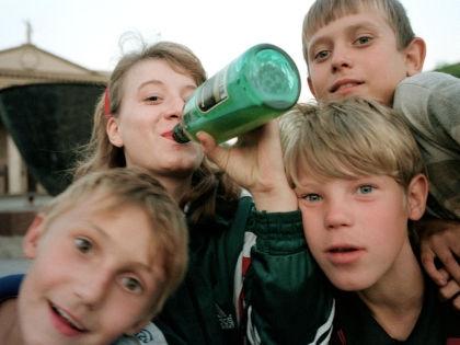 Детям нужно рассказывать не о вреде спиртного, а о биохимии алкоголизма // Global Look Press