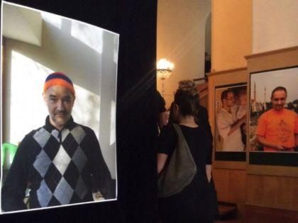 Залы ЦДЛ были украшены фотопортретами Антона Носика // Валерий Ганненко / Sobesednik.ru