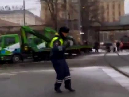 Полицейский веселил автомобилистов  // YouTube