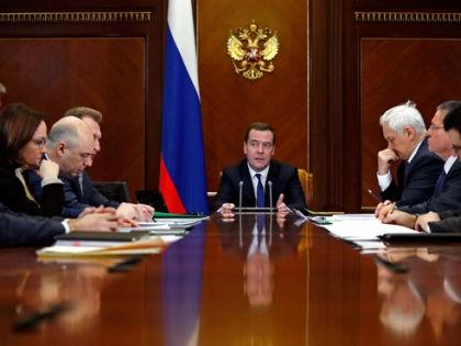 О распоряжении Медведев заявил на совещании о прогнозе социально-экономического развития России на 2015 год // Сайт правительства России