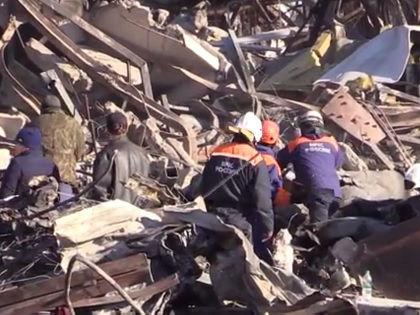 Спасатели ищут оставшихся под завалами // Кадр YouTube