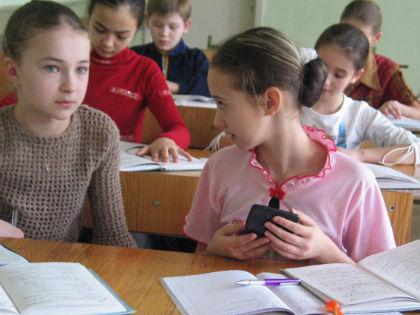 «Доллар в два раза дороже рубля, а евро в три раза дороже доллара. Что лучше, 17 рублей или 3 евро?» // Global Look Press