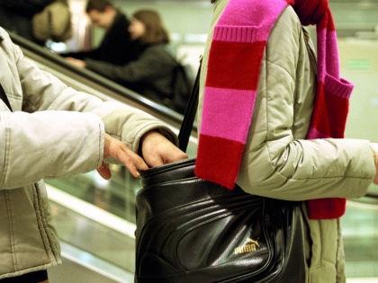 Чтобы избежать ограбления в метро, всегда держите сумку перед глазами // Global Look Press