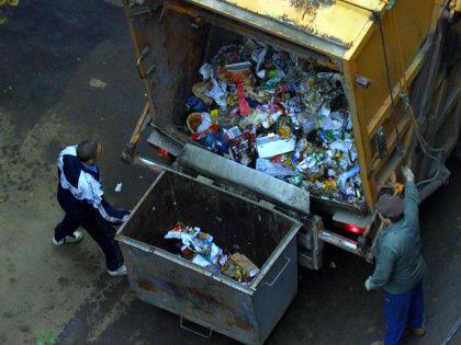 «Вывозом мусора будут заниматься некие региональные операторы, которых назначат на 10 лет вперед...» // Global Look Press