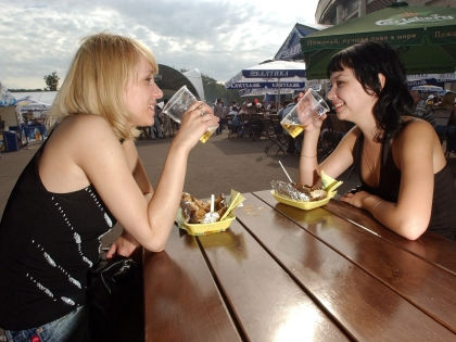 В России каждый год от последствий злоупотребления алкоголем умирают 500 тысяч человек // Global Look Press