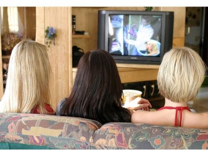 Многие россияне все новогодние праздники проводят перед телевизором // Global Look Press