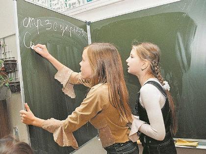 Всего 14 ТЫСЯЧ РУБЛЕЙ нужно на покупку школьной доски – самой обычной, не интерактивной // Global Look Press