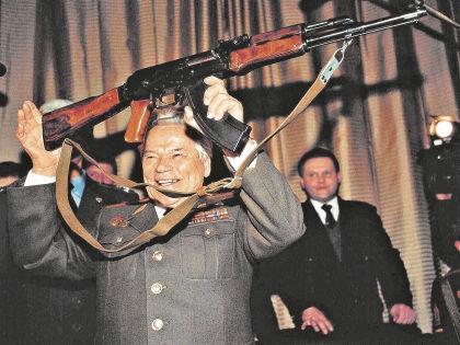 Вряд ли Калашников догадывался, что после его смерти концерн и его дочь будут судиться // Global Look Press