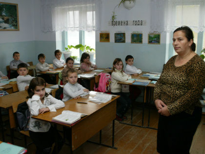 Педагоги возлагают надежды на то, что министр образования займется внедрением единого подхода к оплате труда учителей и вузовских сотрудников // Global Look Press