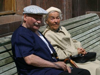 Новое условие для лиц старше 70 лет — продажа недвижимого имущества только при условии получения предварительного разрешения на сделку органов опеки и попечительства // Global Look Press