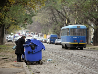 За бюджетными обновками «Доброе утро» рекомендует отправляться прямиком... на помойку! Тут же, в мусорных баках, можно подкрепиться // Global Look Press
