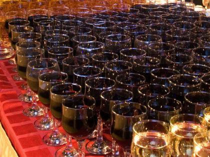 Отдых на курорте предполагает некий «расслабон»: почему бы не пропустить бокальчик доброго красного вина? // Global Look Press