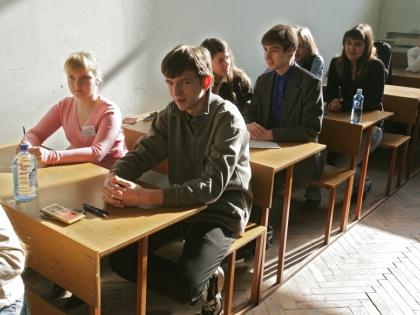 В российских вузах идет приемная кампания. Родители абитуриентов жалуются, что платное обучение дорого, а другого варианта часто не остается // Global Look Press