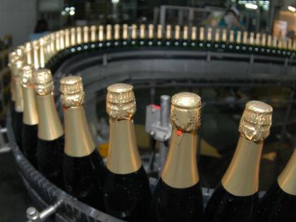 Сегодня уже 25% всех вин на полках наших магазинов – российского происхождения // Global Look Press