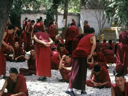 Монахи сказали: «У нас нет денег, но мы подарим вам долгую активную жизнь. Мы дадим вам то, что вы сможете оценить по достоинству только лет через 20» // Global Look Press
