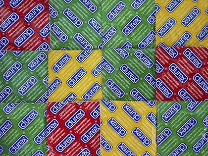 Росздравнадзор приостановил продажу презервативов Durex // Micha Theiner / Global Look Press