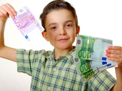Не стоит выдавать ребенку деньги за успехи в школе // Global Look Press