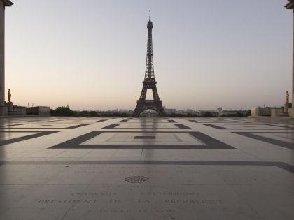 Некоторые туристы отложили поездку в столицу Франции после жутких терактов // Global Look Press