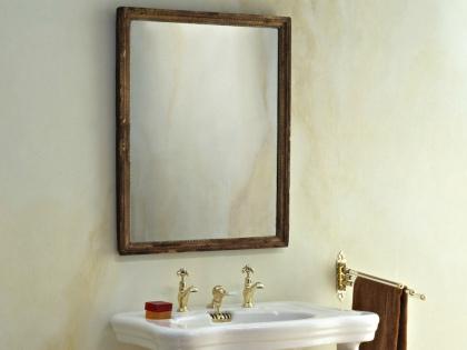 Зеркало быстро очищается, если пройтись по нему тряпочкой, смоченной в насыщенном растворе чая или замоченной в молоке // Global Look Press