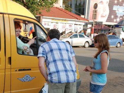 Пассажир, который едет в маршрутке стоя, имеет право на компенсацию в случае травмы // Александр Легкий / Global Look Press