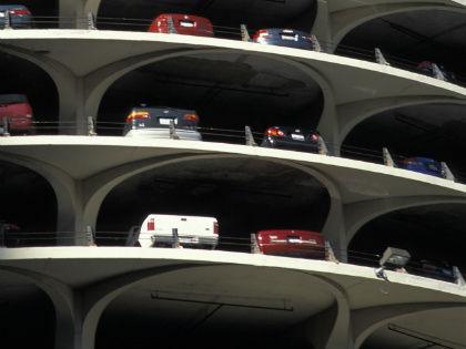 До принятия ФЗ № 315 машино-места — по ст. 130 ГК РФ — приравнивали к общедомовому имуществу // Global Look Press
