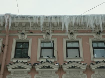 Если есть крыша, могут быть и сосульки, но опаснее всего дома старой постройки // Global Look Press