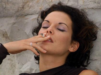 Рождение ребенка заставляет женщину снова начать курить // Global Look Press