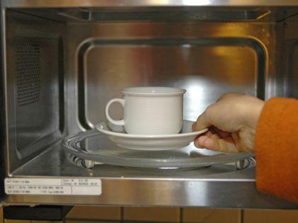 Если чашку чая поставить на одну минуту в микроволновку, то чайные листья отдадут воде все 100% полезных антиоксидантов // Ulrich Niechof / Global Look Press