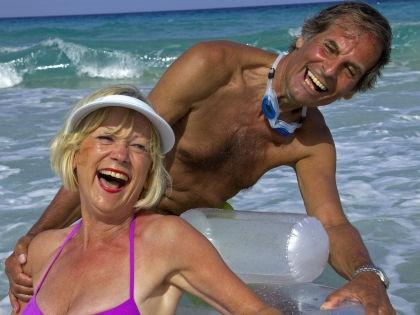 Пожилые туристы отжигают на Ибице не хуже молодежи // Global Look Press