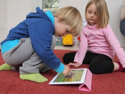 Дети с планшетом // Global Look Press