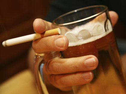 Использование электронных сигарет мешает людям бросить пить // Global Look Press