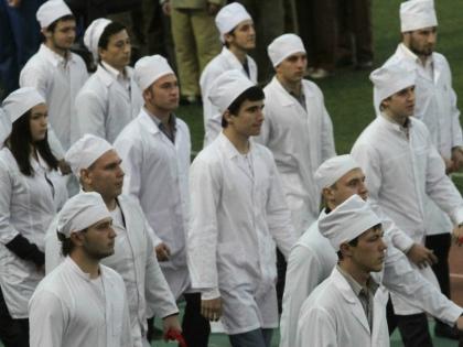 То ли квалифицированных врачей уже почти не осталось, то ли они объявили восстание в знак протеста против проводящейся в здравоохранении реформы // Global Look Press