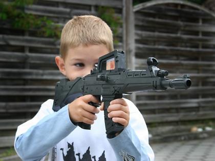 «Когда ребенок просит у Деда Мороза оружие, прежде всего надо понять, в какую игру и как он собирается играть...» // Global Look Press