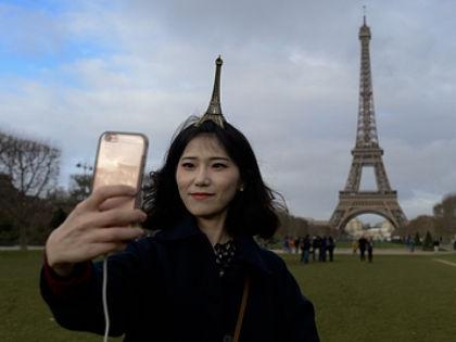 Как турист в Париже может сойти за местного жителя // Artur Widak / Global Look Press