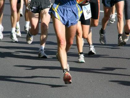 Во время марафонского бега лучше всего пить обычную воду с сахаром // Global Look Press
