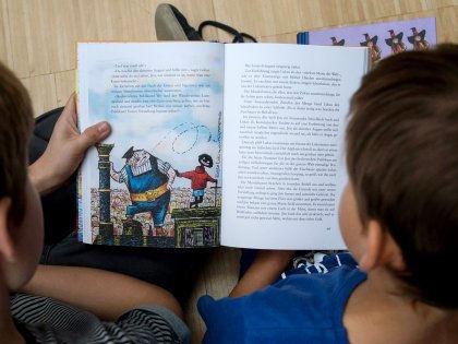 Чтение книг вслух помогает детям укреплять словарный запас и мыслительные навыки // Global Look Press
