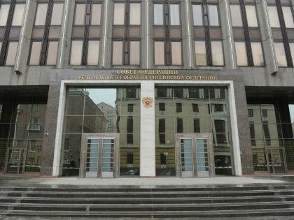 Кремль и Совет Федерации хором опровергли информацию о якобы поступившей чиновникам настоятельной рекомендации вернуть детей и родственников в Россию из-за рубежа // Global Look Press