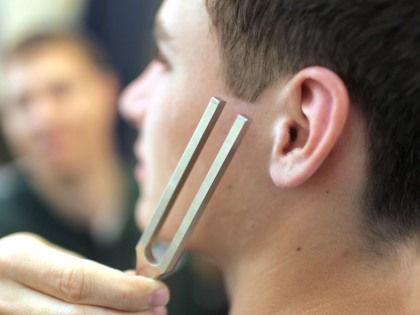 Обнаружена новая щадящая методика лечения звона в ушах // Global Look Press