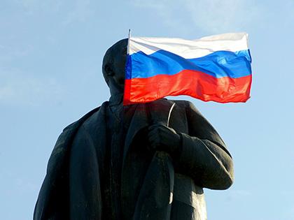 Участники флешмоба #намнужнорасстаться фотографируются с памятниками Ленина и призывают изгнать вождя из своей головы // Сергей Ковалев / Global Look Press