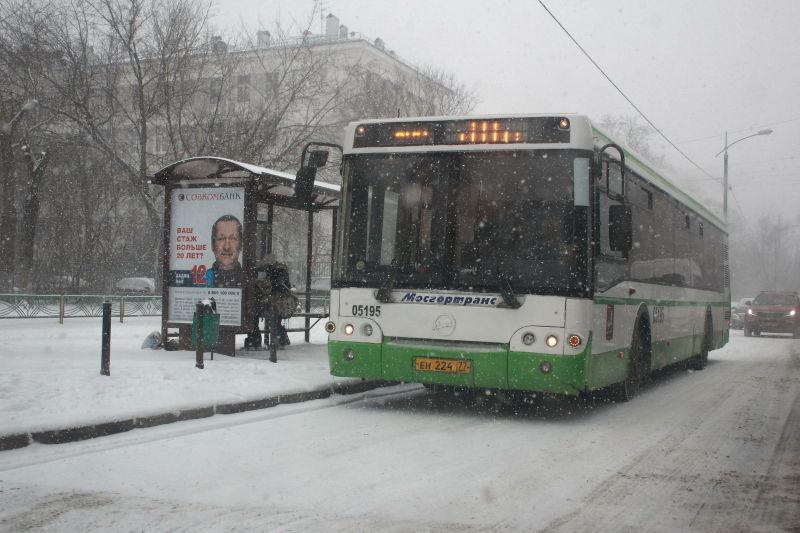 Незакрепленная конструкция автобусной остановки упала на пожилую женщину // Dmitry Golubovich/Russian Look