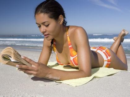 Туристы все реже расслабляются с книгой на отдыхе // Global Look Press