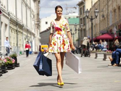 Девушка с покупками // Global Look
