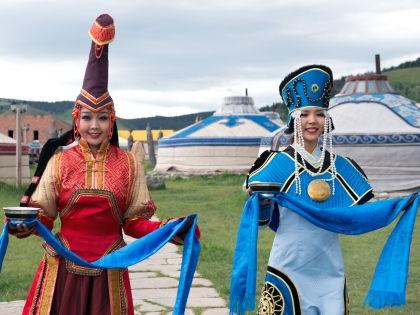 Монгольские девушки в национальных костюмах // Global Look Press